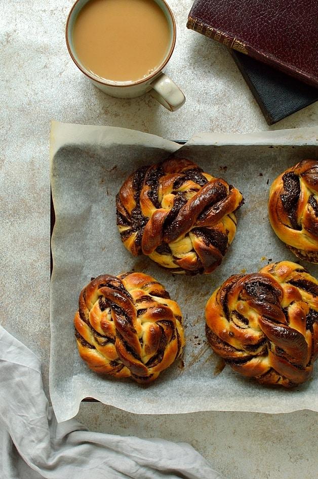 tangzhong chocolate swirl bread rolls