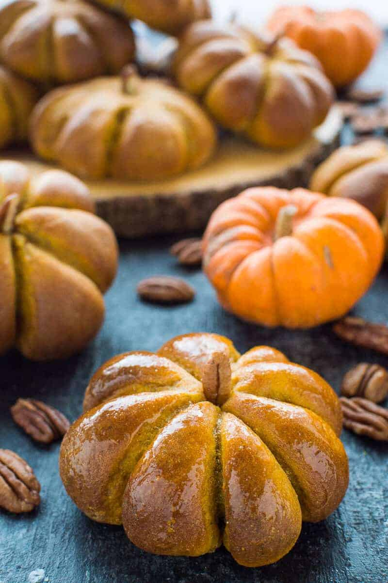 Pumpkin bread rolls - these cute little pumpkin flavoured dinner rolls are easier to make than you might think and the perfect centrepiece for an Autumn celebration! #pumpkin #dinnerrolls #bread #baking