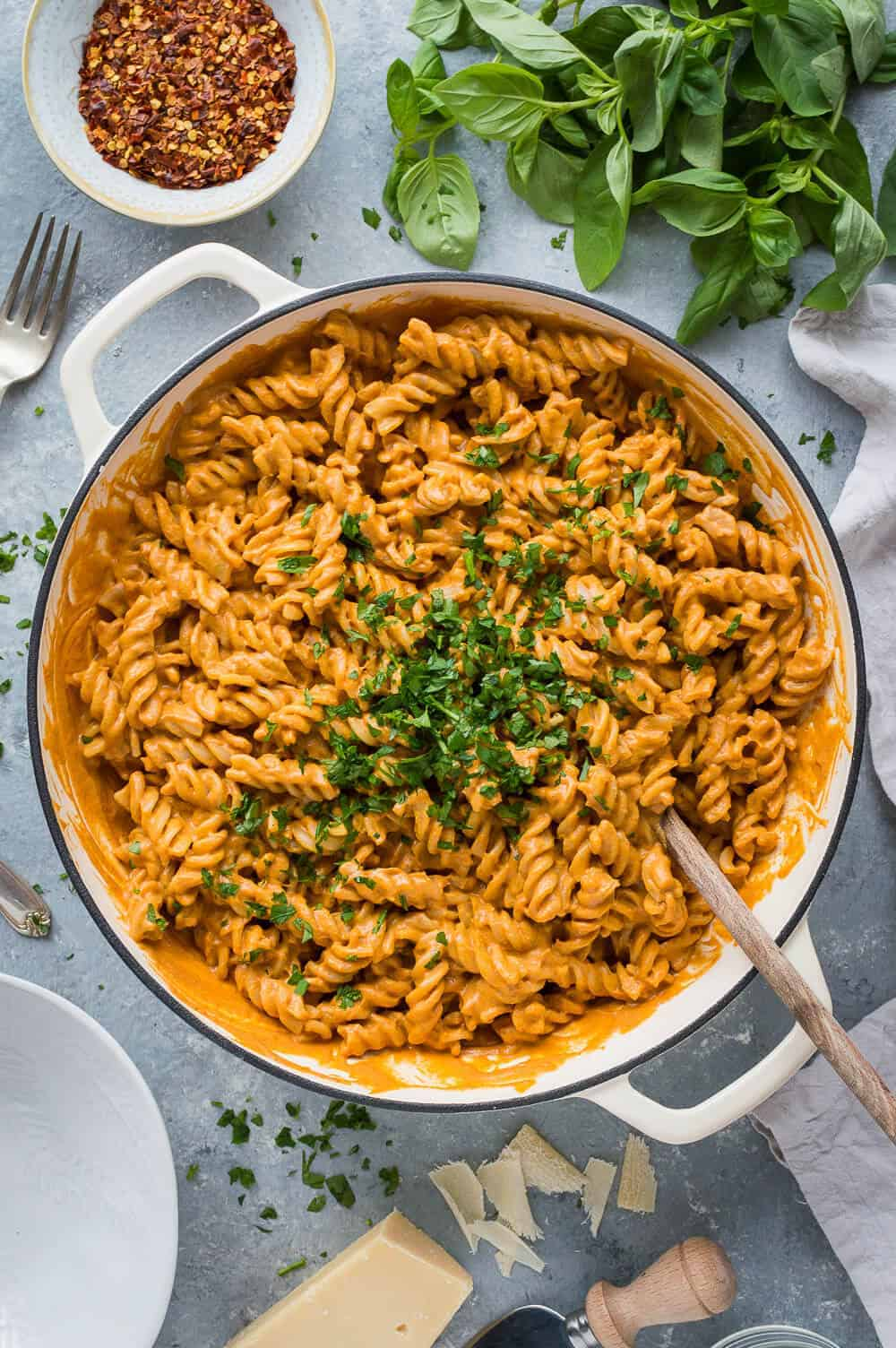 Creamy roasted red pepper tomato pasta – a rich and creamy roasted red pepper and tomato pasta sauce that is totally vegan thanks to blended cashews! #vegan #dairyfree #pasta
