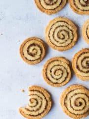 Cinnamon swirl cookies – crisp, delicious vegan biscuits with an eye-catching cinnamon swirl, like cinnamon rolls in cookie form! #vegan #vegancookies #cinnamonroll