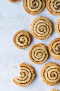 Cinnamon swirl cookies – crisp, delicious vegan biscuits with an eye-catching cinnamon swirl, like cinnamon rolls in cookie form! #vegan #vegancookies #cinnamonroll