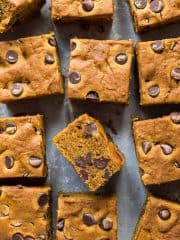 Pumpkin chocolate chip bars - moist vegan pumpkin spice cake bars filled with chocolate chips. This is the perfect snack cake for Autumn! #vegan #pumpkin #pumpkinspice #chocolatechip